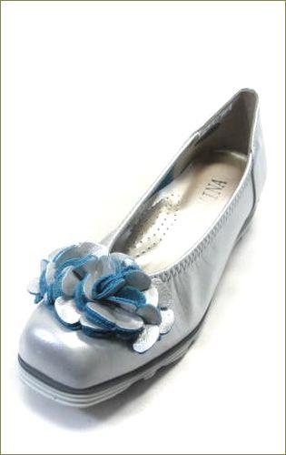 invina インビナ シルバー色のスクウェアトゥのカジュアルパンプスで、お花のモチーフの裏革がブルーで可愛い走れるカッターパンプスの左靴の画像