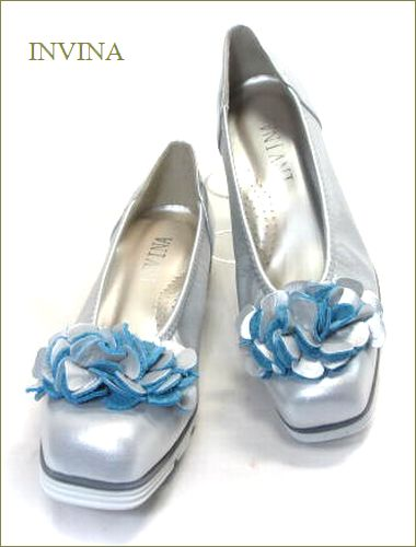 invina インビナ  シルバー色のスクウェアトゥで、お花のモチーフの裏革がブルーのカッターパンプスの両足の画像