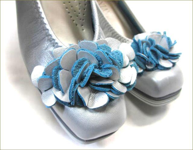 invina インビナ  シルバー色のスクウェアトゥで、お花のモチーフの裏革がブルーのカッターパンプスのアップ画像