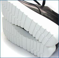 invina インビナ iv4211bl  パンチングのお花が付いた厚底スニーカーの靴底の画像