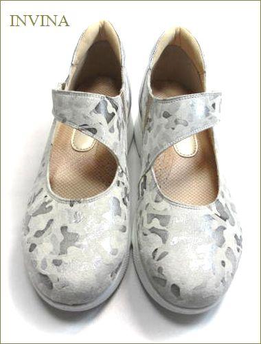 invina インビナ  シルバー色の迷彩柄素材で斜めベルトのパンプスの両足の画像